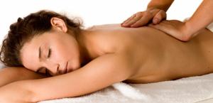 Dame op massagetafel - rustig genieten.